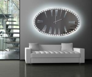 Μεγάλος καθρέπτης που μοιάζει με ρολόι και με εξωτερικό φωτισμό LED